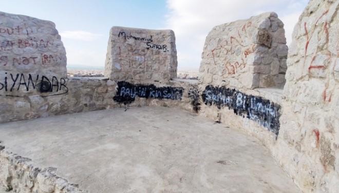 Tarihi Van Kalesi Surlarına Çirkin Yazılar Yazılıyor!