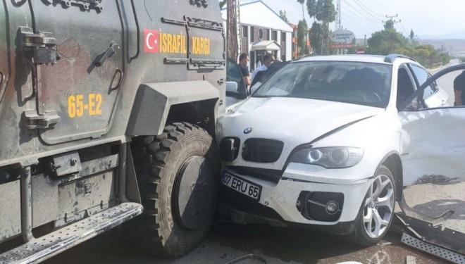 İYİ Parti'nin Van konvoyunda korkutan kaza!