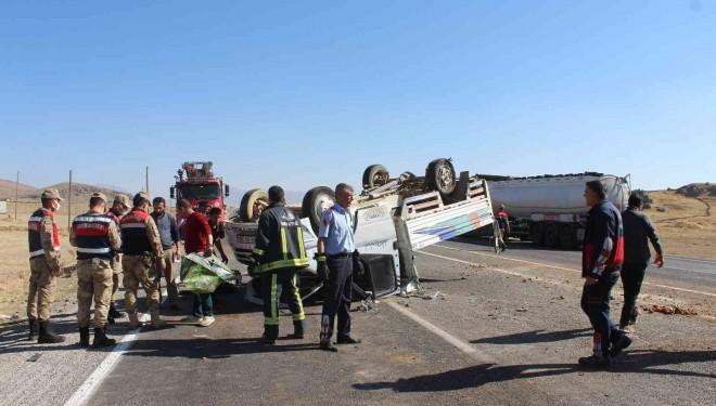 Lastiği patlayan kamyonet takla attı: 2 yaralı