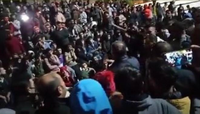 Van YYÜ öğrencileri ayakta: Öğrenciler rektörün evine yürüdü