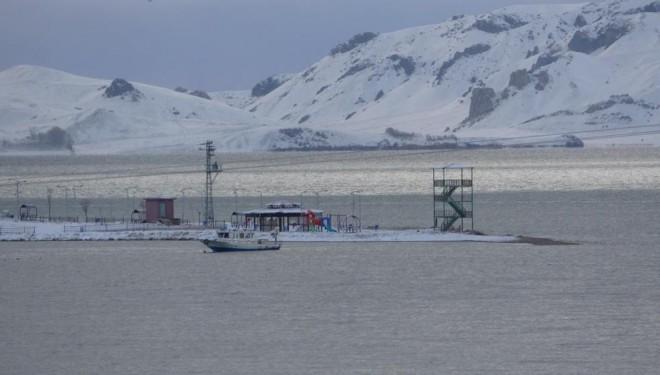 Erçek Gölü'nde fırtına ve tipiden dolayı balıkçı tekneleri mahsur kaldı