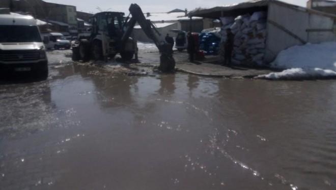 Çaldıran Belediyesinden kar suyu temizleme mesaisi