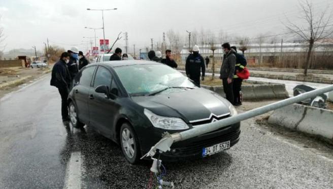 Seyir halindeki otomobilin üzerine aydınlatma direği devrildi
