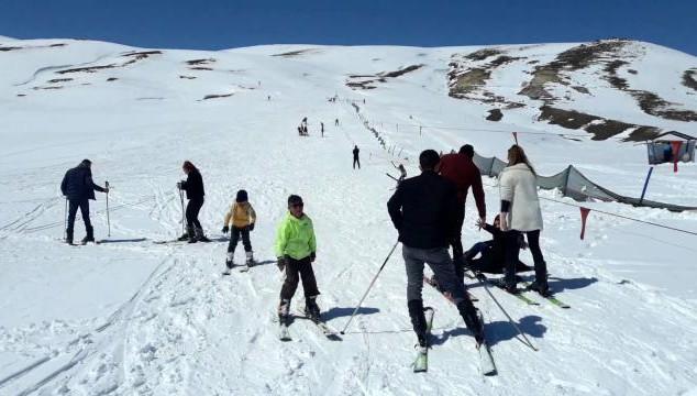 Çaldıran'da bahar mevsiminde kayak keyfi