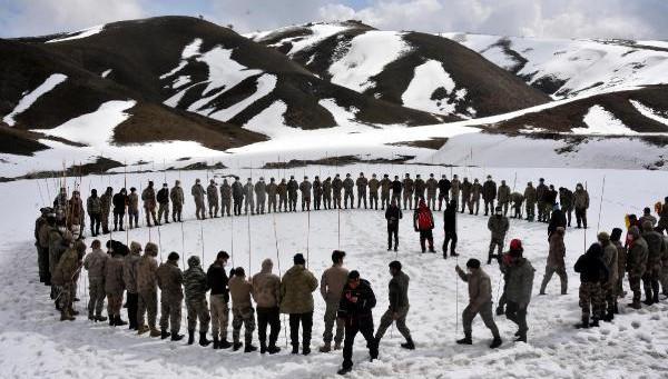 Güvenlik korucuları, çığ tatbikatında kar altında kalan 3 kişiyi kurtardı