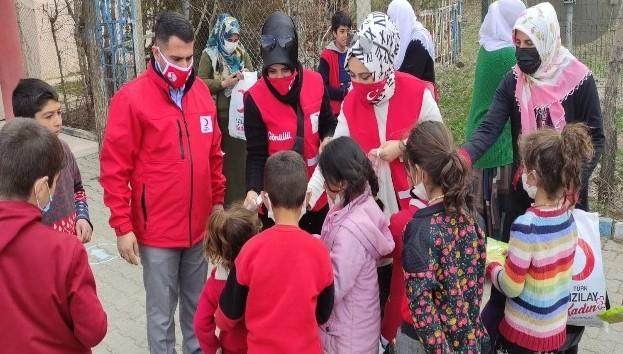 Türk Kızılay'ı Bayrampaşa Kadın Kolları'ndan Van'a ısıtan ziyaret