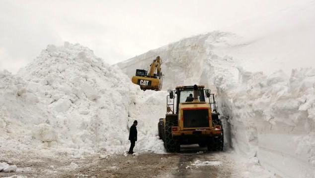 Nisan ayında 20 metreyi bulan kar için yol açma çalışması