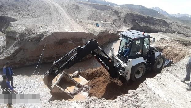 Çaldıran'da hasar gören yollar onarılıyor