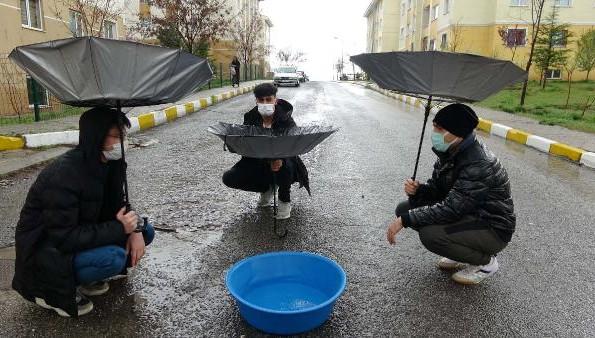 Van'da şemsiyeleriyle yağmur suyu topladılar