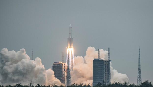 Çin roketinin enkazı atmosferde yandı!