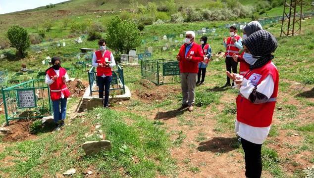 Kızılay gönüllüleri Kabristanlarda temizlik yapıp, gül bıraktı