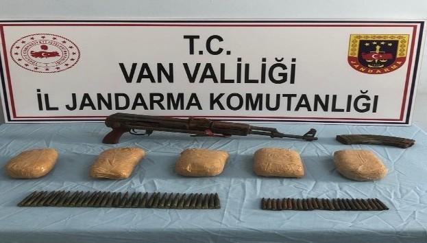 Başkale'de 3 kilo eroin ile silah ele geçirildi