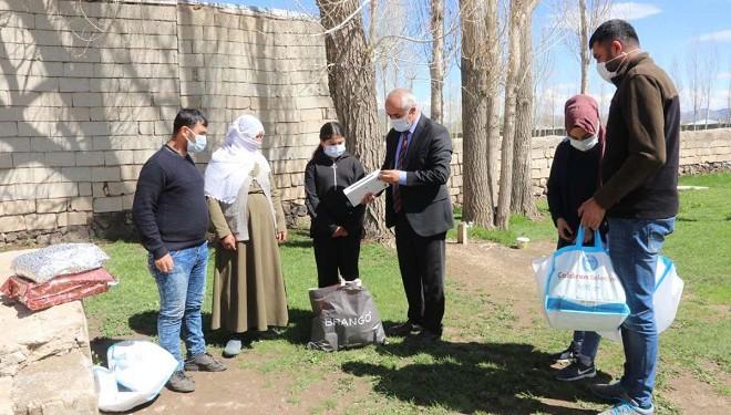 Başkan Ensari'den öğrencilere kitap ve tablet desteği