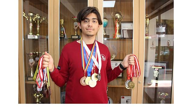 Liseli matematik dehası 18 yıllık hayatına 24 madalya sığdırdı