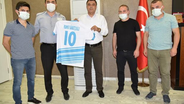 Sağlık çalışanlarından Müdür Sünnetçioğlu'na forma