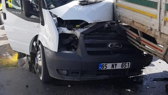 Minibüsle kamyonet çarpıştı: 1 yaralı