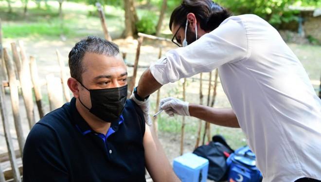 Kaymakam ve belediye başkanı halkın gözü önünde aşı oldu