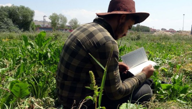 Lise öğrencisi, yazdığı romanını tarlada çapa yaparak biriktirdiği parayla bastırdı