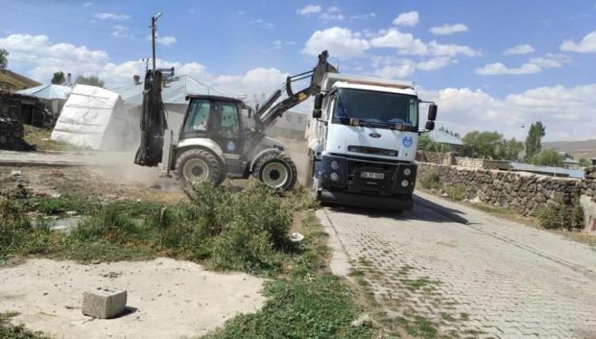 Çaldıran Belediyesi kırsal mahalleleri temizliyor