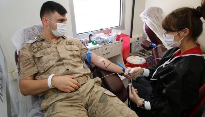 Jandarmadan Kızılay'a kan bağışı