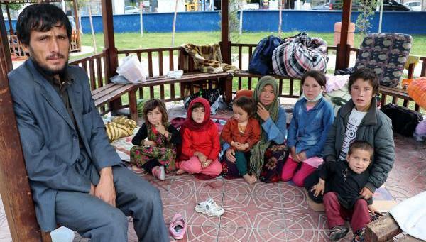 Afgan göçmenler parklarda yatıp kalkıyor!