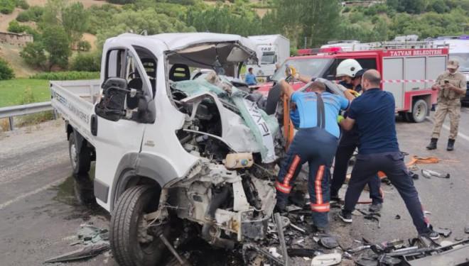 Bitlis'te trafik kazası: 2 ölü, 3 yaralı