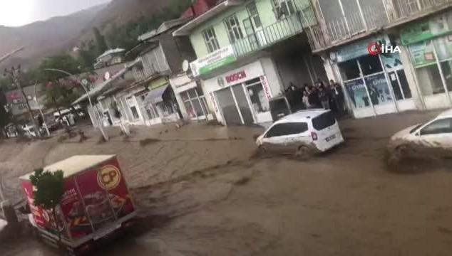 Sel suları otomobili sürükledi (VİDEO)