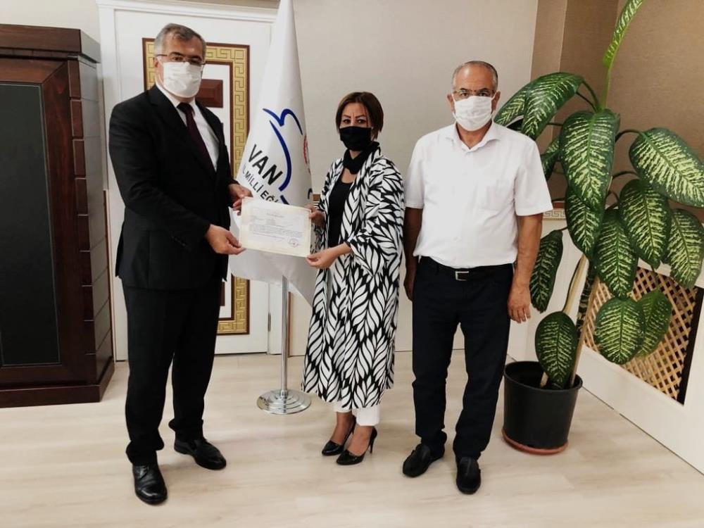 Vali Bilmez'den ADEM Müdiresi Soysal'a başarı belgesi