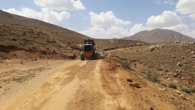 Çaldıran'da selden dolayı bozulan tarımsal arazi yolları onarılıyor