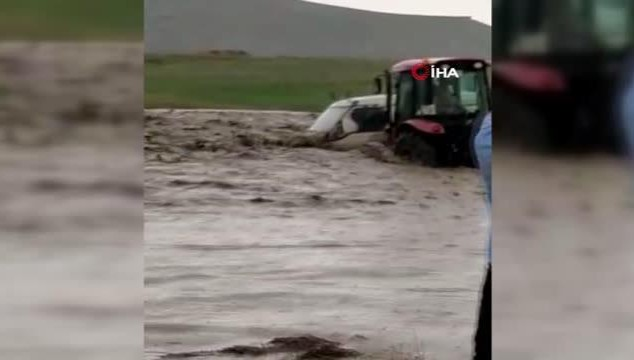 Selde mahsur kalan akrabasını traktörle kurtardı