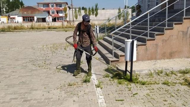 Çaldıran Belediyesi okul bahçelerinde temizlik yapıyor