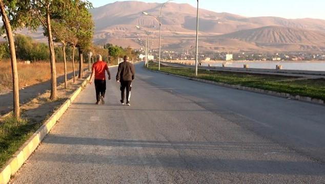 Sağlıklı yaşam için Tatvan sahilinde sabah sporu