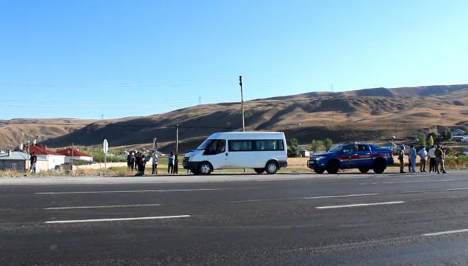 Seyir halindeki minibüsten düşen 2 kişi yaralandı