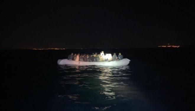 Van Gölü'nü şişme botlarla geçmeye çalışan