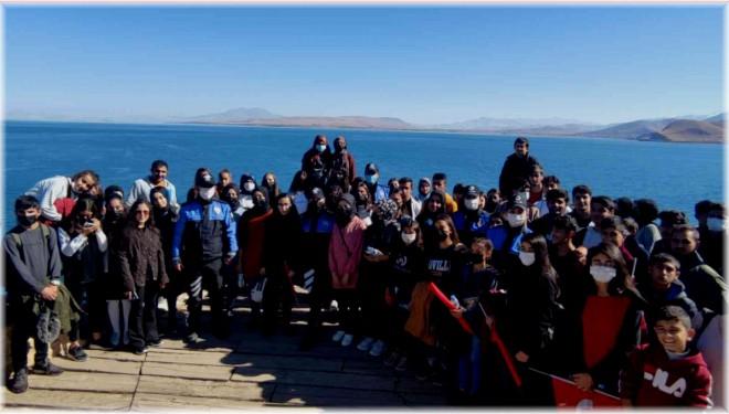Erciş ve Tuşba'daki öğrenciler Akdamar Adası'nı gezdi
