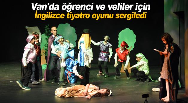 Van'da öğrenci ve veliler için İngilizce tiyatro oyunu sergiledi