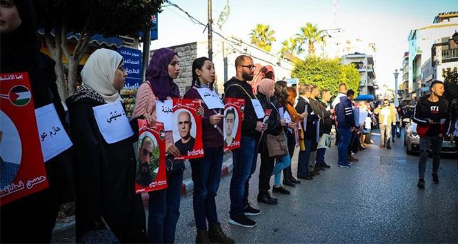 Filistinli mahkumlara destek için insan zinciri oluşturuldu