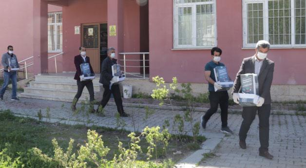 Müdür Zorlu, kapı kapı gezerek üniversiteye hazırlanan öğrencilere kitap dağıttı
