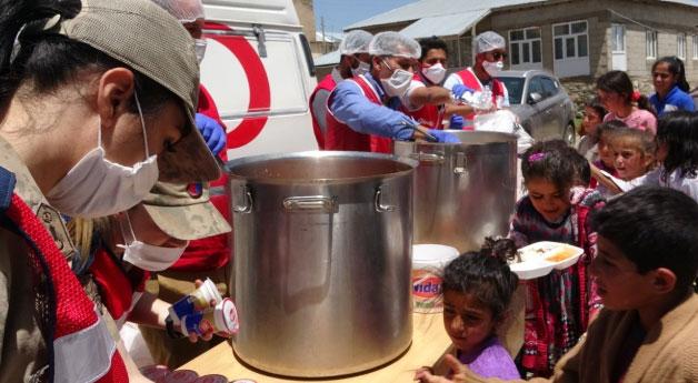 Kızılay'dan depremzedelere sıcak yemek
