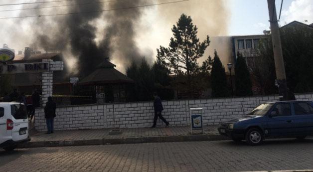 Özalp'ta sabah karşı başlayan yangın devam ediyor