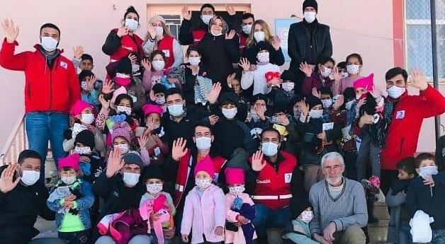Gürpınar'da çocuklara kıyafet yardımı