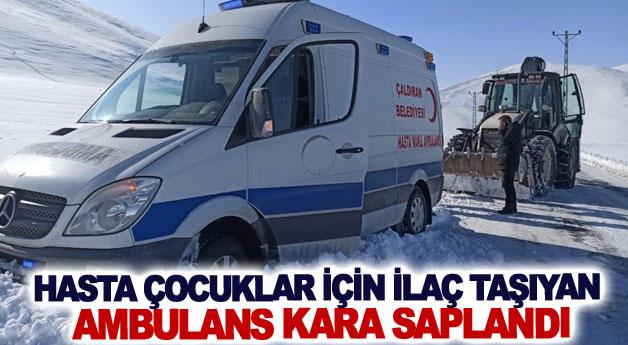Hasta çocuklar için ilaç taşıyan ambulans kara saplandı