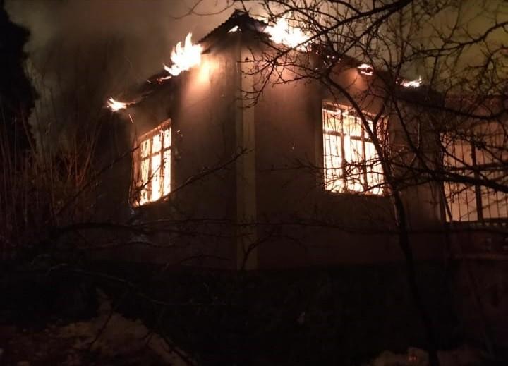 Muradiye'de çıkan yangında bir ev küle döndü