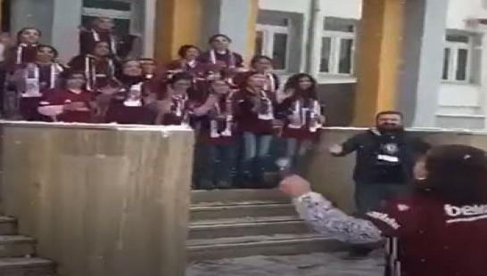 Van'da minik öğrenciler Beşiktaş formasıyla tezahürat yaptı
