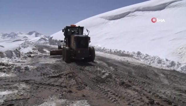 Van'da Nisan ayında karla mücadele (VİDEO)