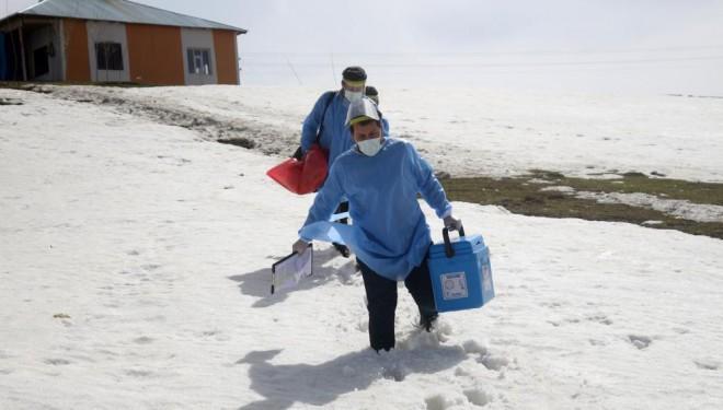 Sağlıkçıların nisan ayında karlı yollarda 'aşı' mesaisi (VİDEO)