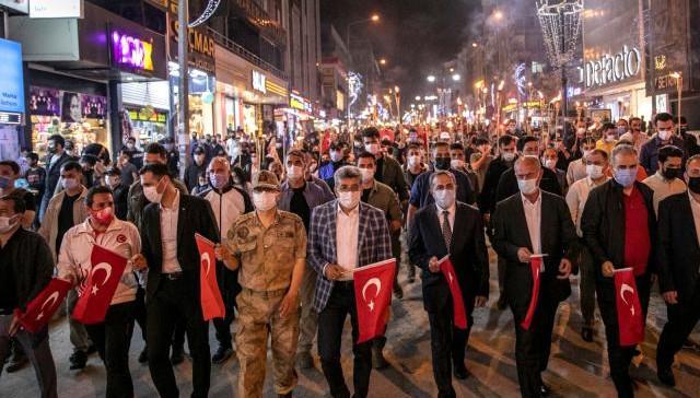 Van'da meşaleli gençlik yürüyüşü yapıldı