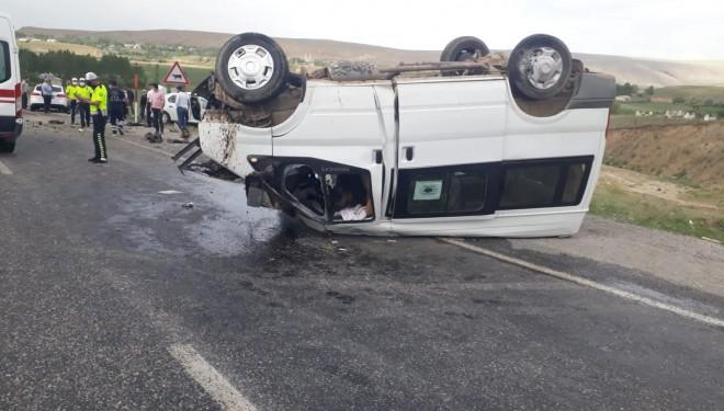 Van'da minibüs ile otomobil kafa kafaya çarpıştı: 1 ölü, 1 yaralı