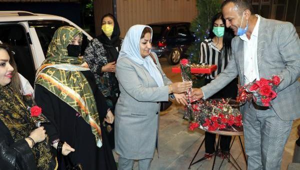 Van'a gelen İranlılar çiçeklerle karşılandı