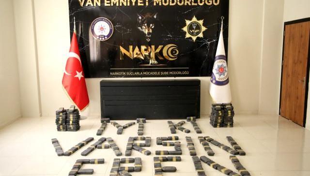 Van polis düzenlediği 2 ayrı operasyonda yüzlerce kilo eroin ele geçirildi